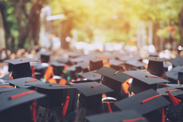 Colpo di cappelli di laurea durante il successo di inizio laureati dell'università, congratulazioni per l'educazione del concetto. cerimonia di laurea, si sono congratulati con i laureati all'università durante l'inizio