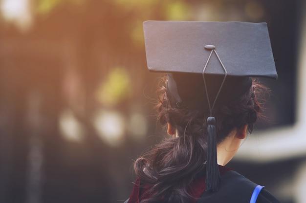 Colpo di cappelli di laurea durante il successo di inizio laureati dell'università, congratulazioni per l'educazione del concetto. cerimonia di laurea, si sono congratulati con i laureati all'università durante l'inizio.