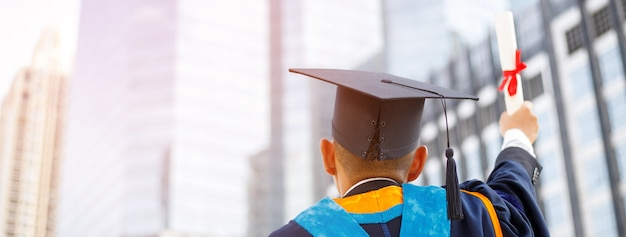Colpo di cappelli di laurea durante il successo di inizio laureati dell'università, congratulazioni per l'educazione del concetto. cerimonia di laurea, si sono congratulati con i laureati all'università.