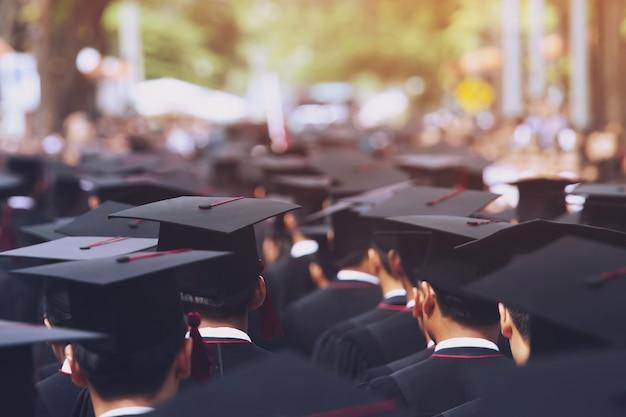 Colpo di cappelli di laurea durante il successo di inizio laureati dell'università. cerimonia di laurea.