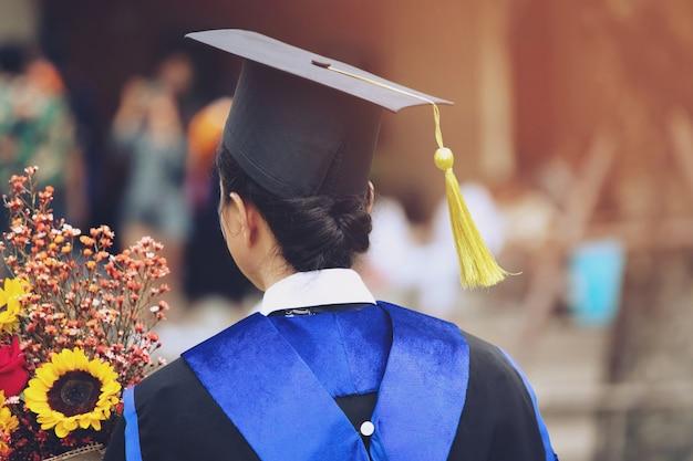 Colpo di cappelli di laurea durante il successo di inizio laureati dell'università