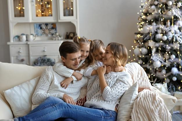 Colpo di felice giovane famiglia seduta sul divano