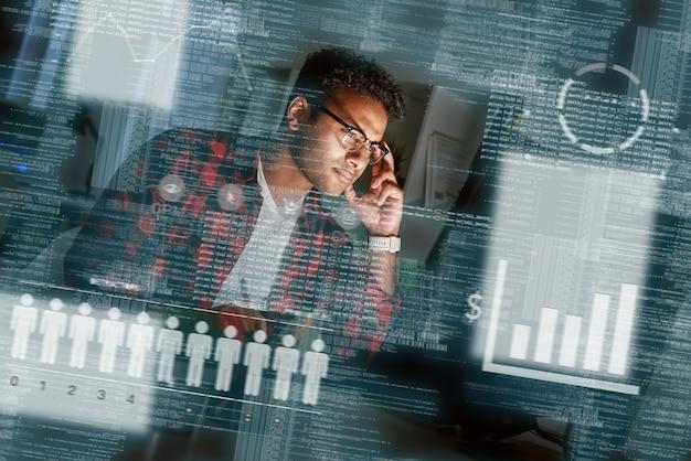 Inquadratura di uno specialista seo indiano con gli occhiali e alla ricerca delle query di ricerca degli utenti. guarda i diagrammi statistici. specialista di marketing. gestore ppc