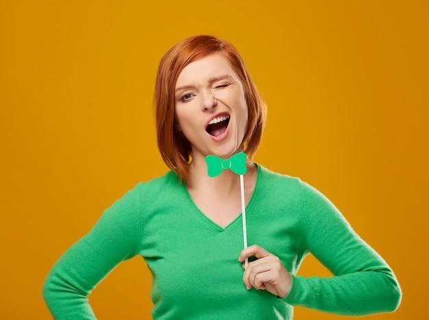 Inquadratura di una donna urlante che fa una smorfia