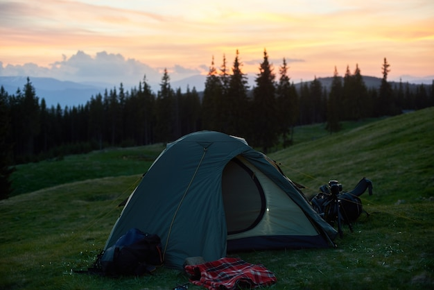 Inquadratura di una tenda turistica posta in cima a una collina