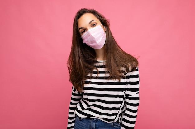 Colpo di giovane donna attraente bunette che indossa una maschera facciale mediale