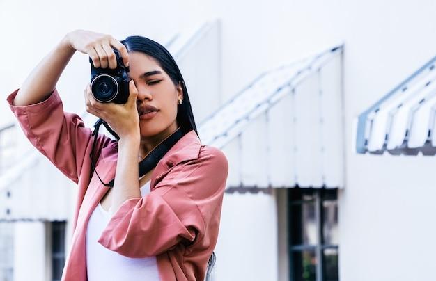 Scatto di una giovane fotografa con una macchina fotografica