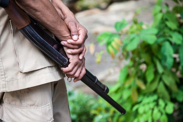 Fucile da caccia in mano agli ufficiali.