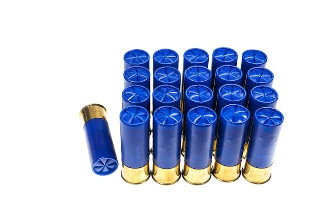 Proiettili di fucile su sfondo bianco