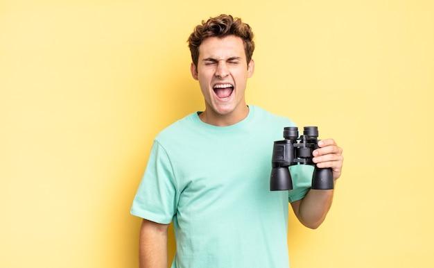 Gridare in modo aggressivo, sembrare molto arrabbiato, frustrato, indignato o infastidito, urlare di no. concetto di binocolo