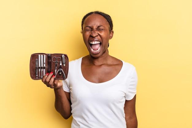 Gridare in modo aggressivo, sembrare molto arrabbiato, frustrato, indignato o infastidito, urlare di no. concetto di strumenti per unghie