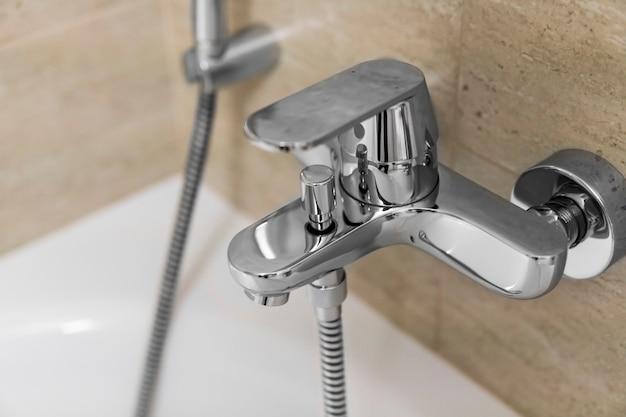 Miscelatori doccia e vasca in un bagno.
