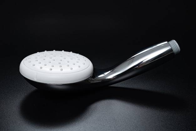 Soffione doccia sul nero. doccia e accessori da bagno
