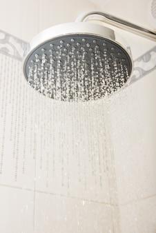 Soffione doccia con gocce e ruscelli d'acqua