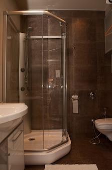 Bagno con doccia in hotel