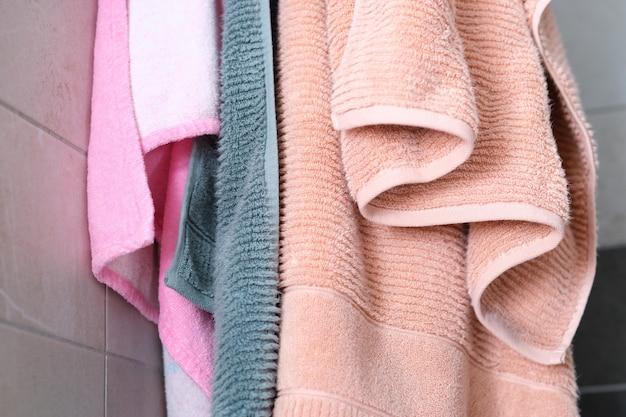 Asciugamani da doccia appesi al primo piano della parete del bagno