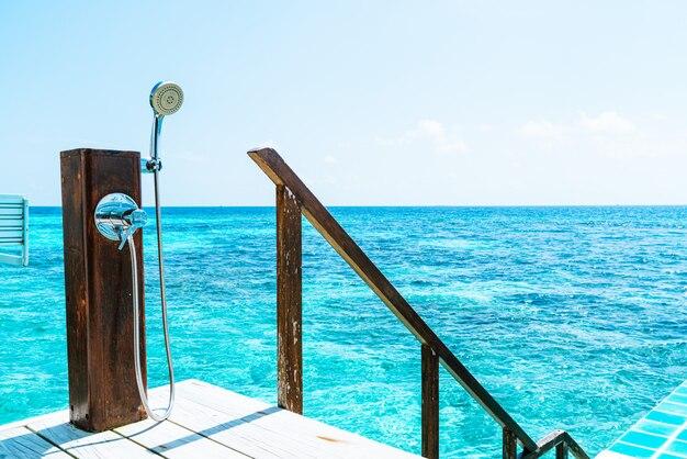Doccia con sfondo del mare