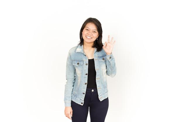 Mostrando il segno giusto di bella donna asiatica che indossa giacca di jeans e camicia nera isolata su white