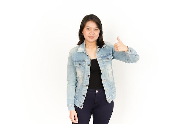 Mostra i pollici in su della bella donna asiatica che indossa giacca di jeans e camicia nera isolata su white