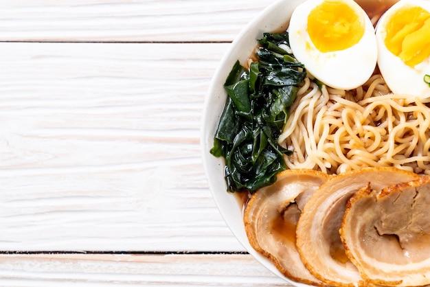 Shoyu ramen noodle con carne di maiale e uova - stile alimentare giapponese