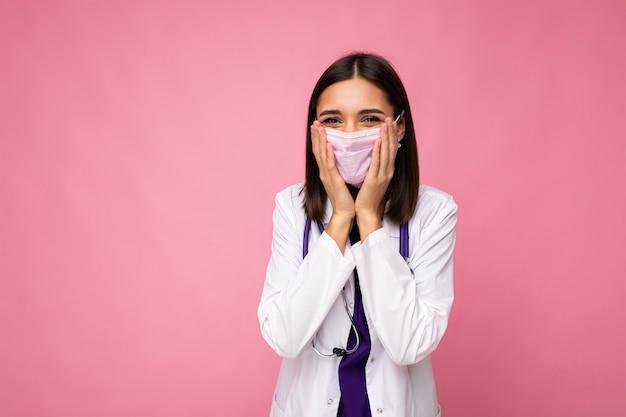 Shpcked dottore indossando maschera medica e stetoscopio