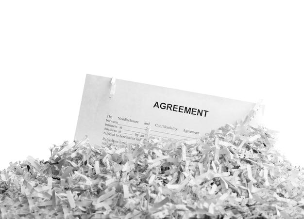 Accordo tagliuzzato isolato su bianco