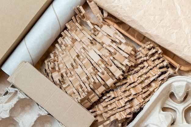 Carta triturata, tagliata, cartone per il riciclaggio all'interno di una scatola di cartone. sfondo di ecologia.