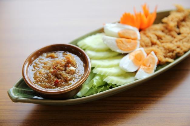 Salsa di pasta di gamberi con pesce fritto croccante e uova