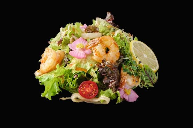 Insalata di gamberi e calamari con verdure miste, code di gambero tigre, calamari, peperone, pomodorini, germogli di soia