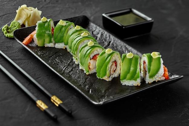 Involtini di sushi tobiko di gamberi e crema di formaggio con avocado