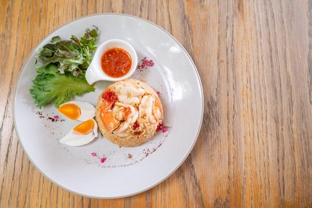 Gamberetti riso fritto con uovo di sale sulla piastra