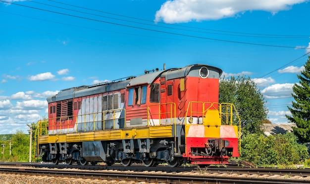 Locomotiva di manovra alla stazione konyshevka nell'oblast di kursk in russia