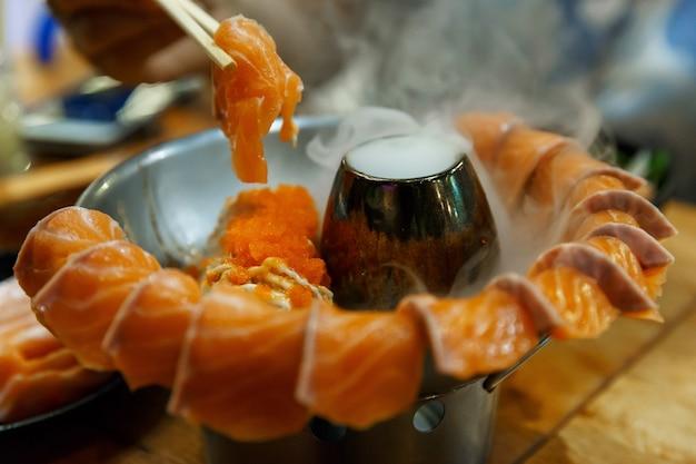 Shushi sashimi affettare in fumo.