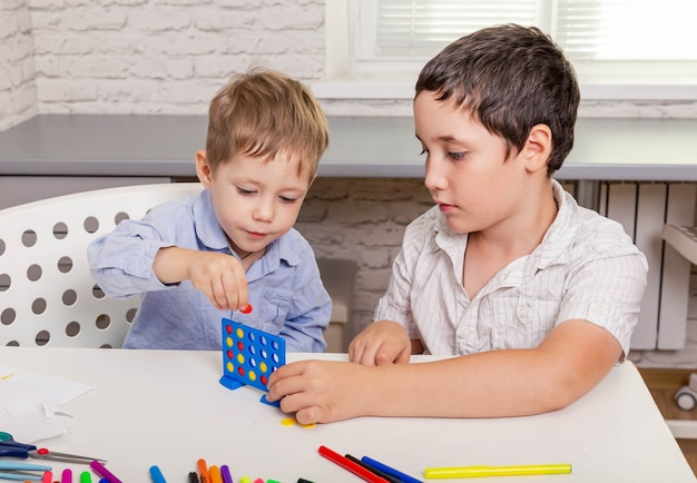 Fratelli che giocano insieme gioco da tavolo a casa