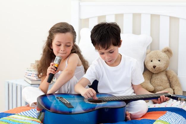 I fratelli cantano e suonano la chitarra