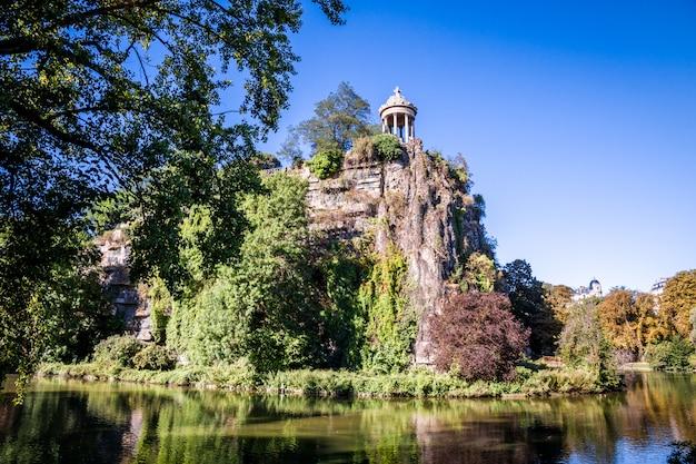 Tempio e lago sibilla nel parco di buttes-chaumont, parigi