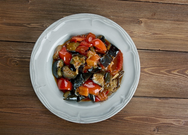 Caponata di melanzane siciliana - piatto tradizionale siciliano.