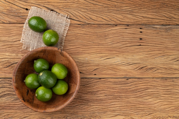 Limoni siciliani in una ciotola su un tavolo di legno con copia spazio.