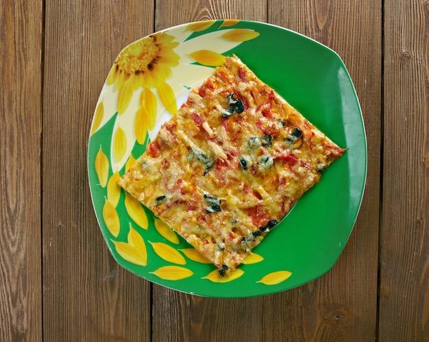 La pizza siciliana è una pizza preparata in un modo originario della sicilia, in italia. con pizza in crosta spessa o profonda.