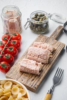 Ingredienti della pasta di tonno siciliano su bianco