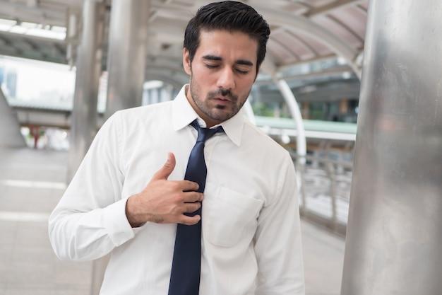 Uomo asiatico malato con reflusso acido o gerd; ritratto di uomo indiano asiatico malsano e malato con reflusso, infiammazione