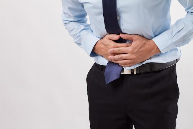 Uomo d'affari malato con mal di stomaco, indigestione, gastrite, diarrea, dispepsia, sintomi di costipazione