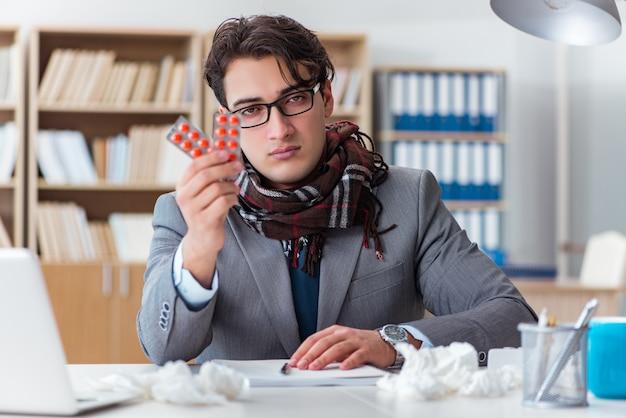 Uomo d'affari malato che soffre dalla malattia nell'ufficio