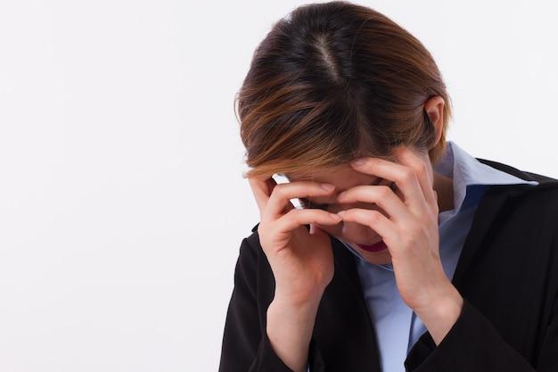 Donna d'affari malata ed esausta con il gesto del palmo della faccia