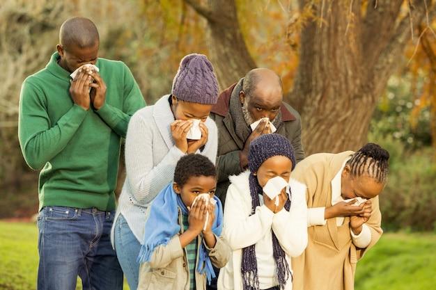 Famiglia malata che soffia il naso