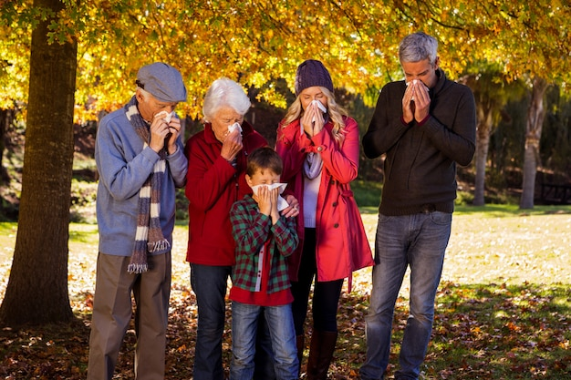 Famiglia malata che usa i tessuti