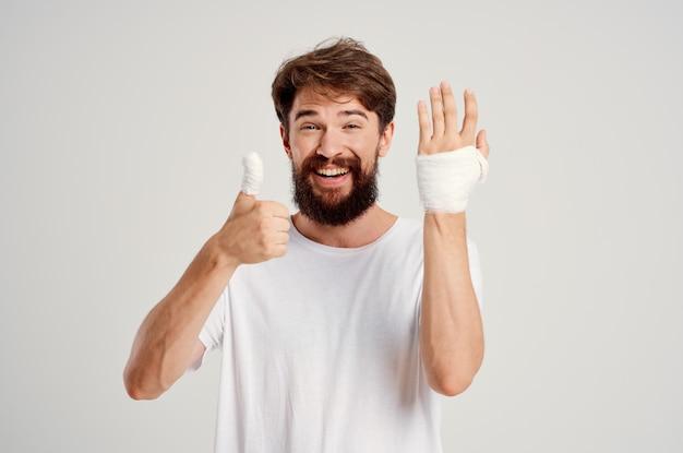 Malato bendato ferita alla mano alle dita ospedalizzazione medicina ospedaliera