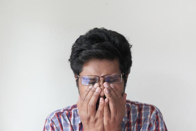 L'uomo malato ha avuto un'allergia influenzale che starnutiva e soffiava il naso