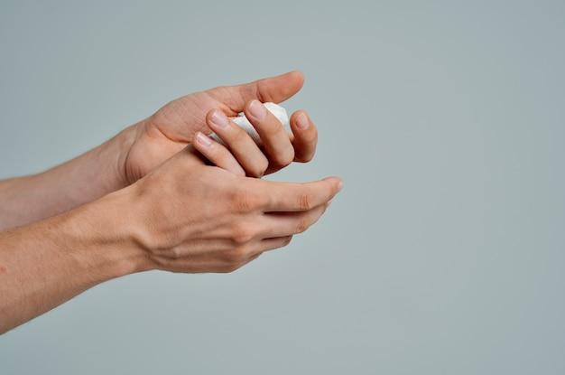 Malato uomo infortunio alla mano trattamento problemi di salute sfondo isolato