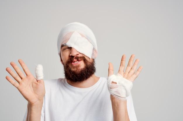 Uomo malato lesione alla testa problemi di salute emozioni sfondo isolato. foto di alta qualità